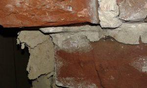 Plaque en amiante ciment obturant un trou dans un murhellip